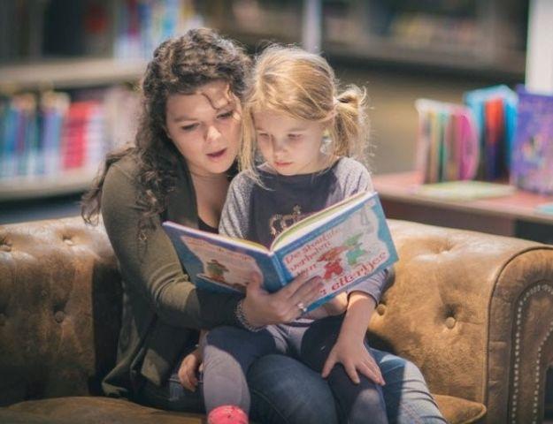 Voorlezen en knutselen tijdens de Kinderboekenweek