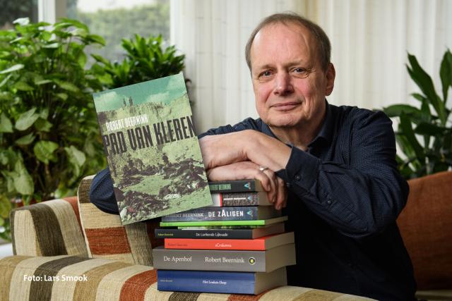 Robert Beernink presenteert boek 'Een pad van kleren'