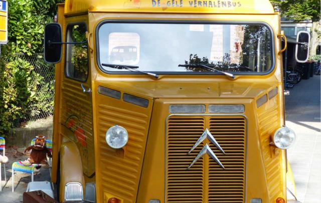 Voorlezen bij de Gele Verhalenbus