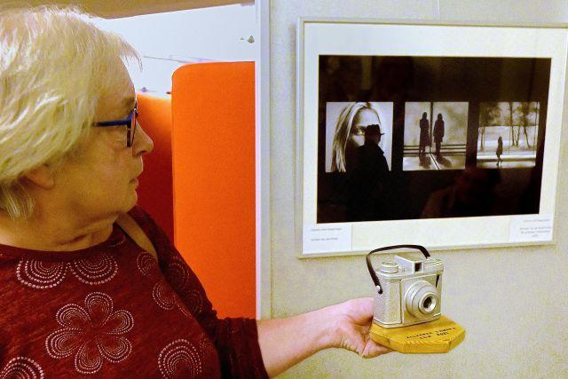 Winnaar Carleen van den Anker bij haar winnende foto. Foto Jaap Mons