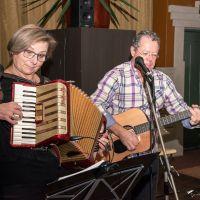 Duo EmenEm treedt op in Bibliotheek Helmond